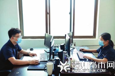 李飞夫妻俩同在一个办公室工作。