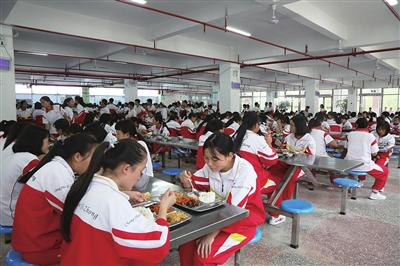 学生们在食堂就餐