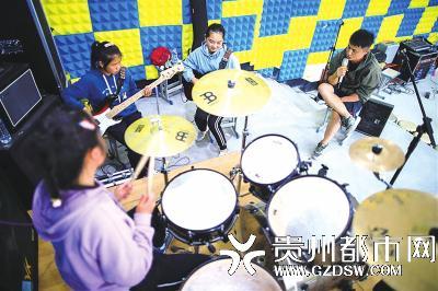 """""""遇""""乐队成员在老师顾亚(右一)的指导下进行排练。"""