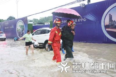 消防人员背孩子送到安全区域。
