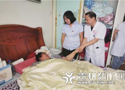 工作人员慰问陆女士。
