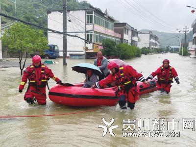 消防人员疏散被困人员。
