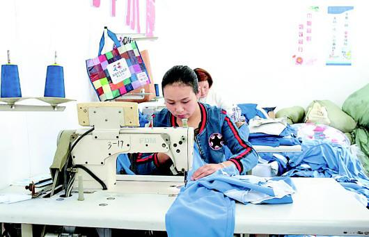 纳雍县白水河社区服装加工扶贫车间。