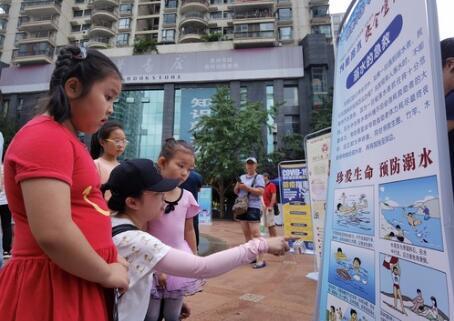 在活动现场,志愿者为小朋友们讲解日常安全知识。记者 李凡 摄