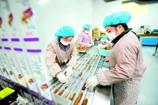 12月8日,榕江縣王嶺工業園區的貴州薯寶寶農業科技開發有限公司生產車間,工人正在分揀包裝紅薯干。周光勝 攝(貴景網發)