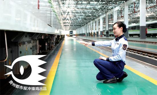 每天早上发车前,她们都要对列车进行仔细的检查,李柯颖正在用标准手势对列车部位进行检查并大声读出结果。
