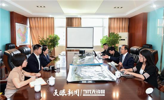 5月11日,朱山(右二)到贵州长通集团智造有限公司调研