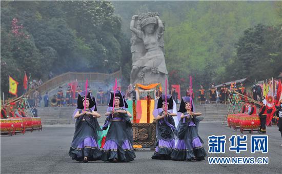3月28日,参与祭花神的女子在表演拜香舞。新华网 卢志佳 摄