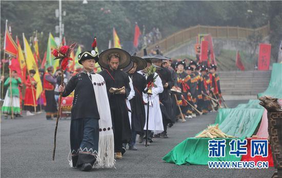"""3月28日,彝族祭司正在进行""""祭花神""""活动。新华网 卢志佳 摄"""