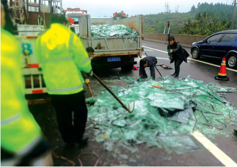 高速养护队清理玻璃碴。