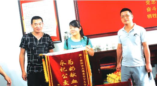 沈婷及家人向周华(左一)送上锦旗。