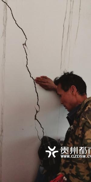 数十户村民房屋出现裂缝。