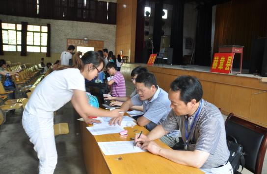 现场报名、资料审核 贵州省教育厅供图
