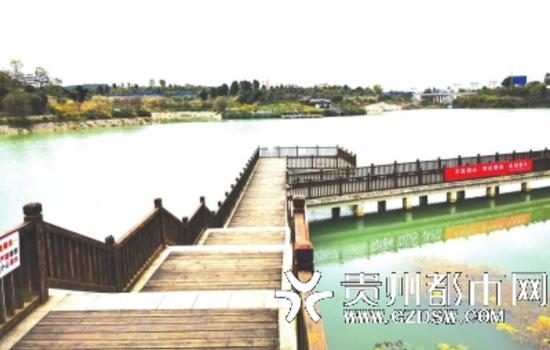 景区里的人工湖,一个游客也没有。