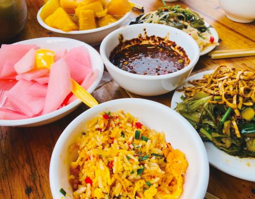 万峰林蛋炒饭搭配爽口凉菜。