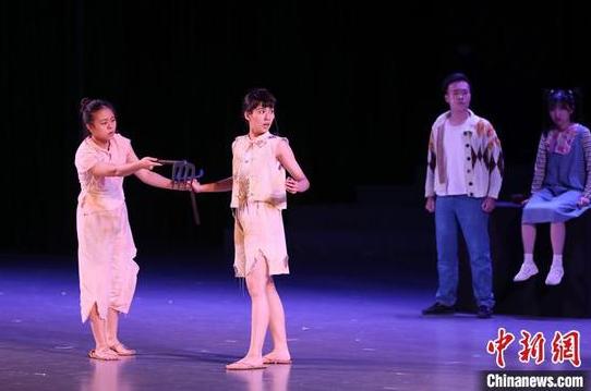 7月18日晚,贵州贵阳,澳门霜冰雪创作实验剧团与澳门大学学生会戏剧社的原创话剧《苦尽甘来》在贵州大学上演。该剧是首个澳门青年自发和自行筹办的巡演话剧,团队于2019年底启动计划,以父女故事为主线展现家国情怀,贯穿了北京奥运会、青藏铁路开通等事件。 中新社记者 瞿宏伦 摄