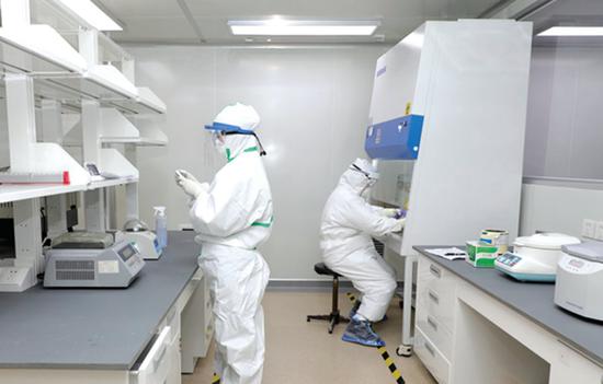 贵州医科大学附属医院临床检验中心医生在开展核酸检测。