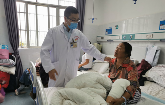 广州番禺区援黔医生陈潮锋正在指导施文珍术后恢复