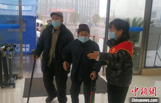 图为绥阳县政务中心志愿者引导老人前往老年人窗口。绥阳县政务中心供图