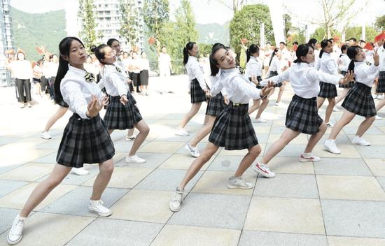 贵阳市南明甲秀高级中学学生用歌舞迎接新学期到来