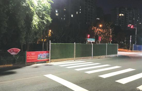 """人行道封闭施工,市民叹""""回家好难"""""""
