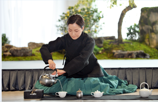 """韩国团队在""""缘聚南明大美茶席秀""""活动现场进行茶艺表演。(赵松 摄)"""