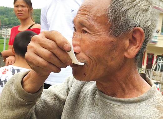 老人在吃瓷片。
