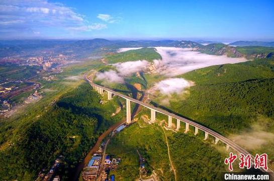 资料图:毕节至威宁高速公路赫章大桥。 龚小勇 摄