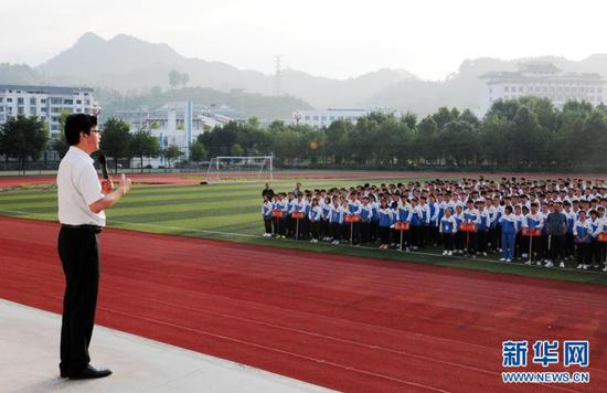 陈立群为台江县民族中学高三新生作动员讲话(9月3日摄)。 新华社记者 胡星 摄