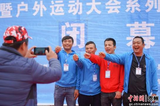 图为本届冠军广西宣武神奇二队队员手持金鱼钩拍照留念。贺俊怡 摄