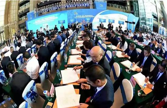 资料图:2018贵州内陆开放型经济试验区投资贸易洽谈会现场签约