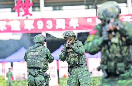 图为武警贵阳支队特战中队官兵正在进行特种战术展演。