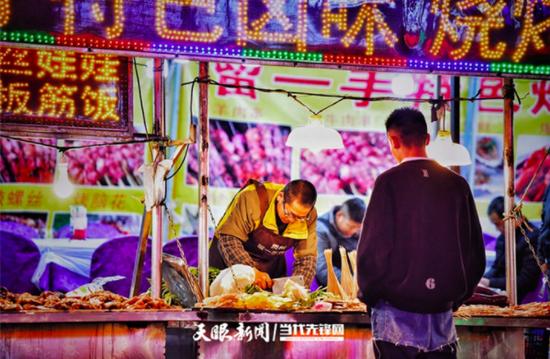 晚上的贵阳市陕西路小吃街灯光艳丽,各种小吃琳琅满目,香味扑鼻。