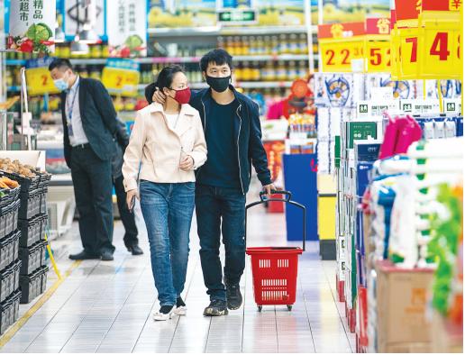 市民在武汉汉口一家家乐福超市内选购商品( 新华社发)