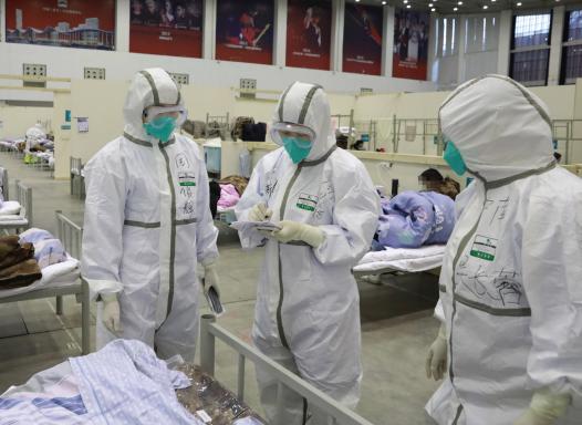 医务人员在武汉客厅方舱医院查房。