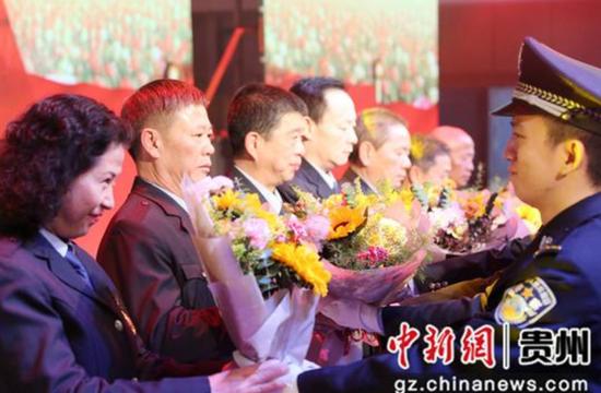 2019年度新警为退休民警代表献上鲜花和致敬