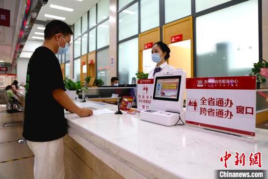 资料图:民众在政务服务大厅咨询办理事项。 宁南 摄