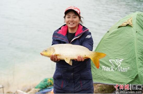 图为来自广西的女选手展示钓到的鲤鱼。贺俊怡 摄