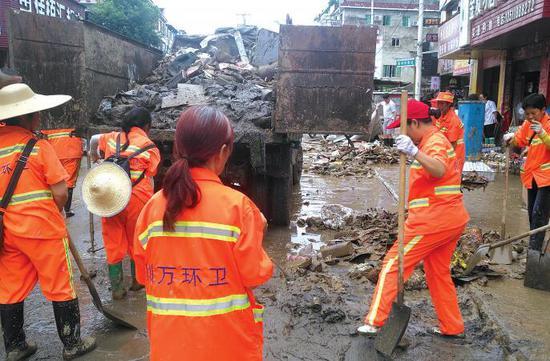 环卫工人正在清淤。