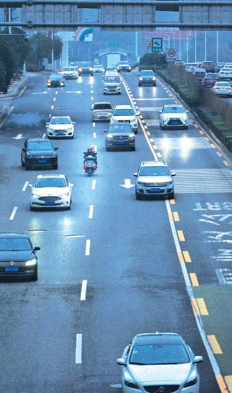 一辆电瓶车行驶在中环道路中间车道上