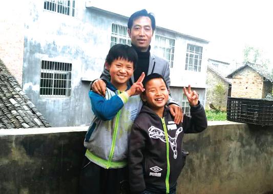 两名小男孩与父亲回到家。