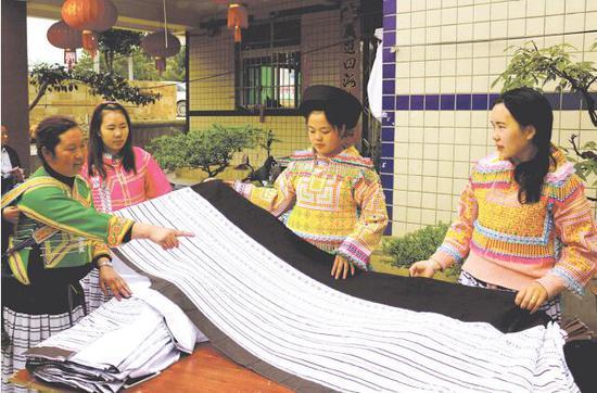 传承?#36865;?#33635;毕在教学员制作百褶裙。