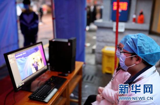 3月16日,贵阳市第六中学高三学生在进入校园时通过体温监测点。新华社记者 欧东衢 摄