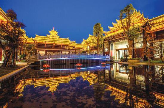 温泉城夜景。