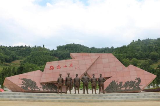 """""""鸡鸣三省""""会议雕塑"""