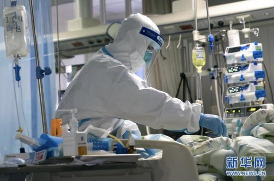 医护人员在武汉大学中南医院病房内工作(1月24日摄)。新华社发