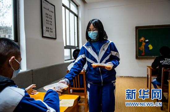 3月16日,贵阳市第六中学高三学生在发放午餐。新华社记者 陶亮 摄