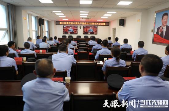 织金县公安局党员干部集中收看大会直播(宋江龙/摄)