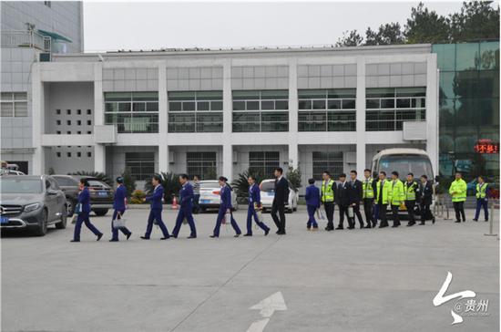 10月5日早上8点40分,贵阳北收费站工作人员列队上班