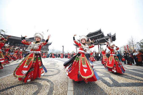 """身着节日盛装的苗族妇女在""""祭尤节""""中跳苗族舞蹈。"""